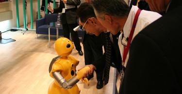 6.17.Robot.Wakamaru_shaking_hands