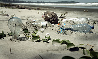 6.4.320px-Water_Pollution_with_Trash_Disposal_of_Waste_at_the_Garbage_Beach